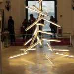 stilisierter Tannenbaum aus Leuchtstoffröhren