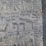 dieses Grabmal eines Rabbi, ist voll von Bitten aus der Zeit des 2. Weltkrieges;